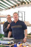 Firmeninhaber Erich Schanbacher mit Walter Schanbacher an Ihrem Stand auf dem Schorndorfer Wochenmarkt