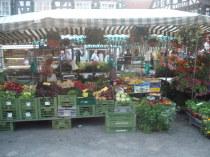 Wochenmarktstand mit Blumenampeln