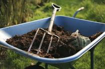 Schubkarren mit Erde zur Grabneuanlage