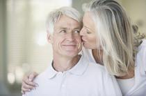 ältere Frau und älterer Mann - sprechen über Vorsorgevertrag zur Grabpflege